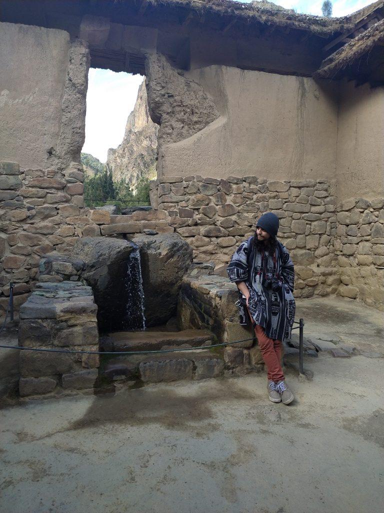 Valle Sagrado y chico usando Poncho